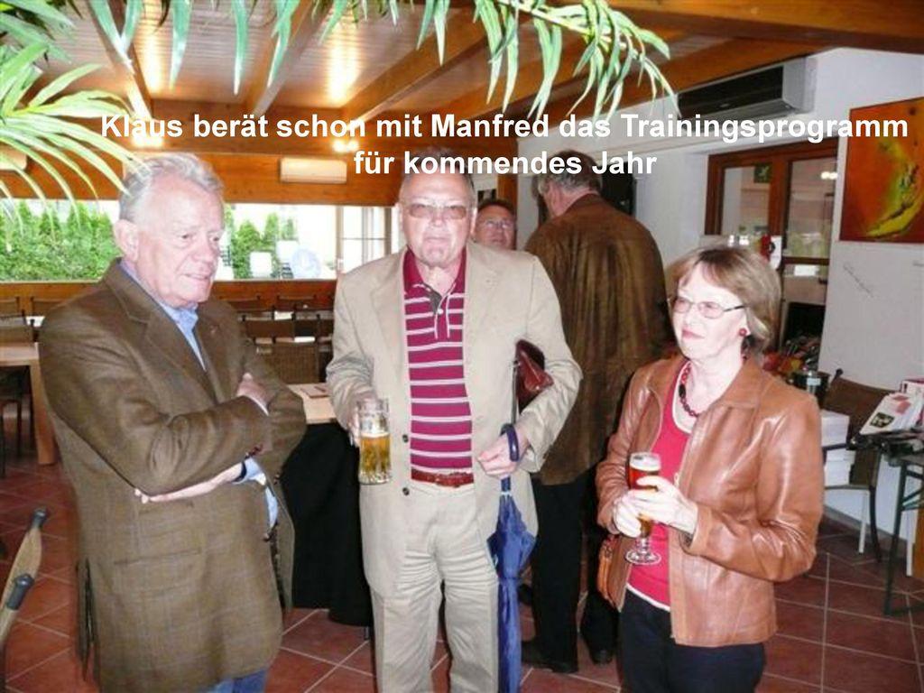 Klaus berät schon mit Manfred das Trainingsprogramm für kommendes Jahr