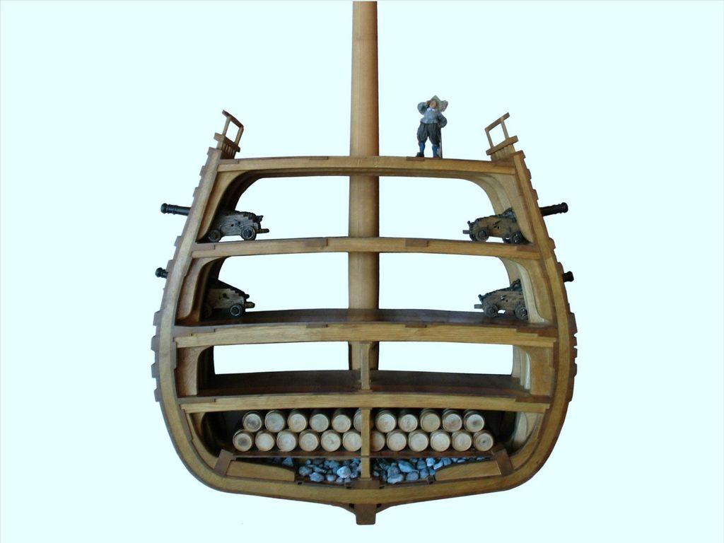 """Der verantwortliche Schiffbaumeister war der Holländer Henrik Hybertsson (Hendrik Hybertszoon, † Mai 1627). Zu dieser Zeit gab es noch keine Planzeichnungen in heutiger Form. Stattdessen benutzte man überlieferte Proportionen, die einem Schiff gute Eigenschaften geben sollten. Hybertsson richtete sich nach Proportionen für ein Kanonendeck, der König hatte jedoch zwei bestellt. Diese """"Kriegsmaschine sollte den Gegner schon durch ihre Gestalt überwältigen."""
