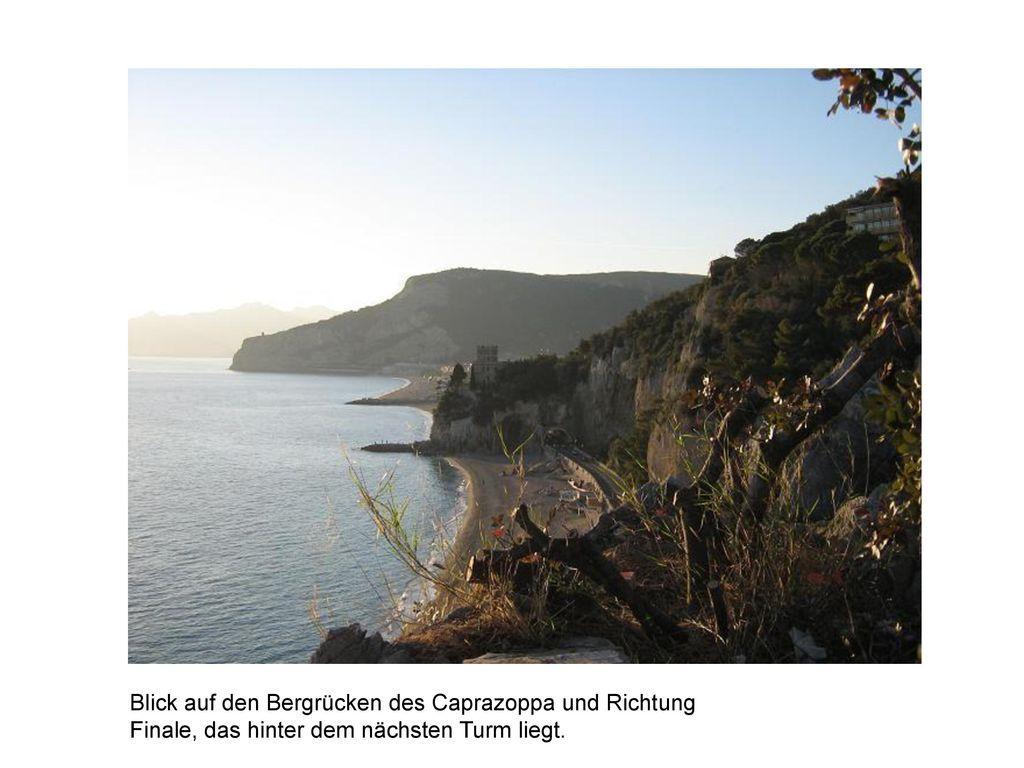 Blick auf den Bergrücken des Caprazoppa und Richtung Finale, das hinter dem nächsten Turm liegt.