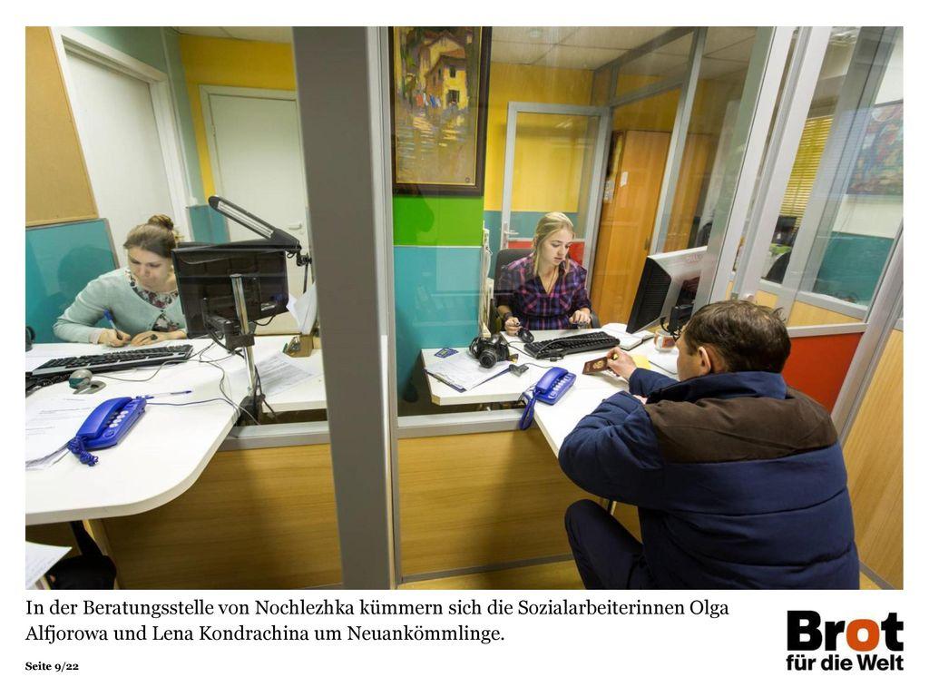 In der Beratungsstelle von Nochlezhka kümmern sich die Sozialarbeiterinnen Olga Alfjorowa und Lena Kondrachina um Neuankömmlinge.