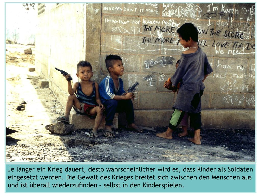 Das Foto stammt aus einem Flüchtlingslager in Thailand, in das Familien der Volksgruppe der Karen aus Myanmar geflohen sind. In Myanmar gibt es bereits seit Jahrzehnten kriegerische Auseinandersetzungen zwischen dem Militär und bewaffneten Gruppen ethnischer Minderheiten, die um mehr Autonomie und Rechte kämpfen. Eine der größten Rebellengruppen stammt aus der Volkgruppe der jahrzehntelang marginalisierten Karen.