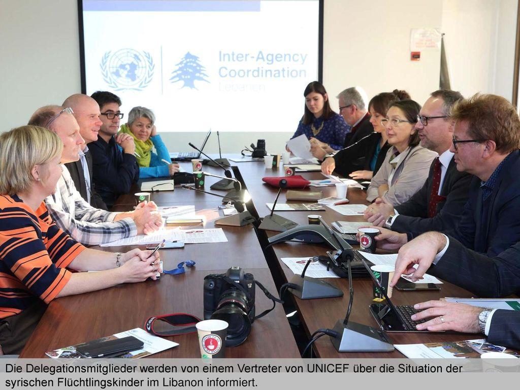 Die Delegationsmitglieder werden von einem Vertreter von UNICEF über die Situation der syrischen Flüchtlingskinder im Libanon informiert.