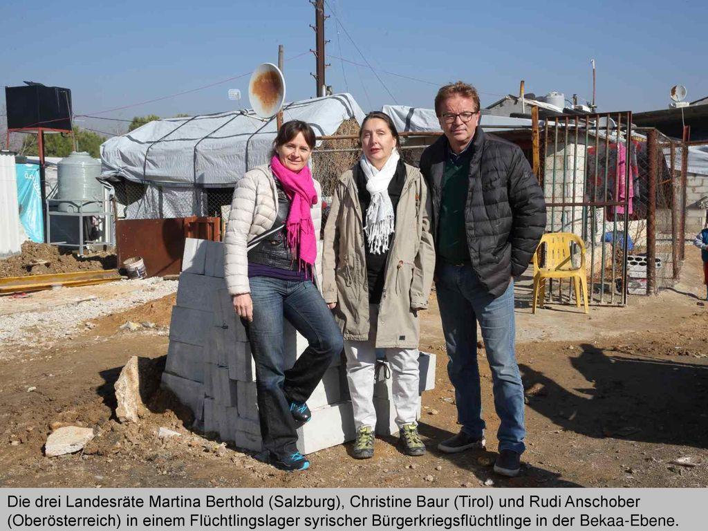 Die drei Landesräte Martina Berthold (Salzburg), Christine Baur (Tirol) und Rudi Anschober (Oberösterreich) in einem Flüchtlingslager syrischer Bürgerkriegsflüchtlinge in der Bekaa-Ebene.