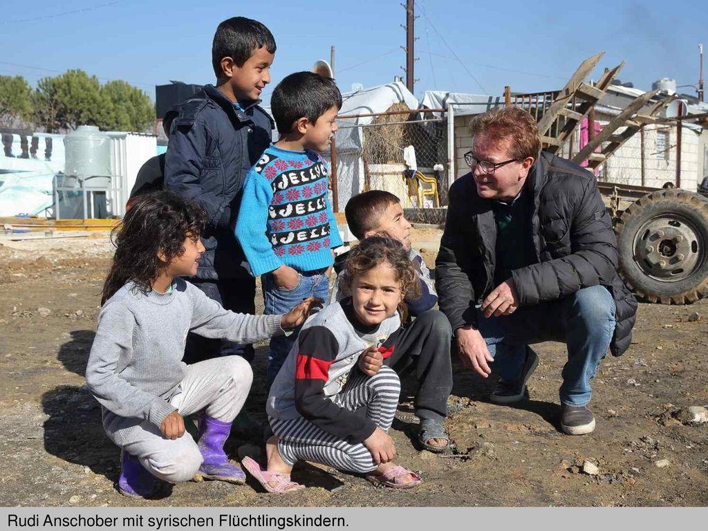 Rudi Anschober mit syrischen Flüchtlingskindern.