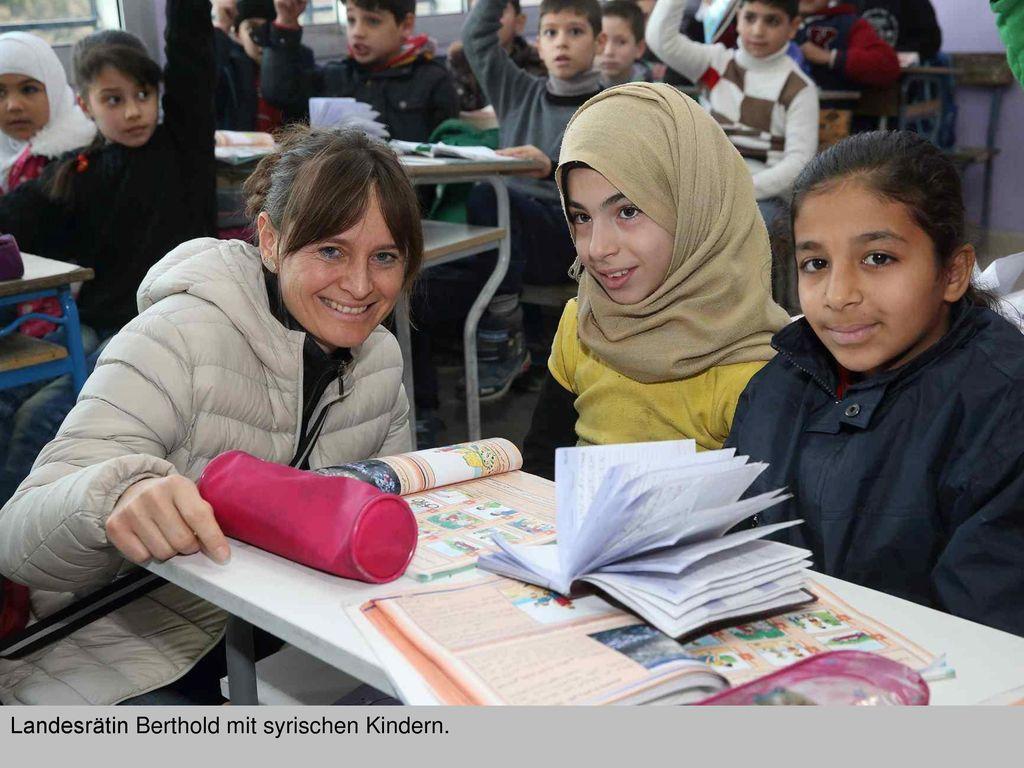 Landesrätin Berthold mit syrischen Kindern.