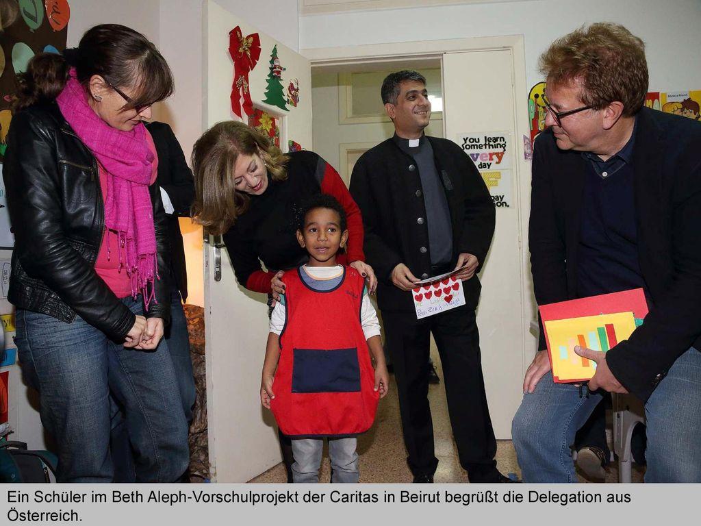 Ein Schüler im Beth Aleph-Vorschulprojekt der Caritas in Beirut begrüßt die Delegation aus Österreich.