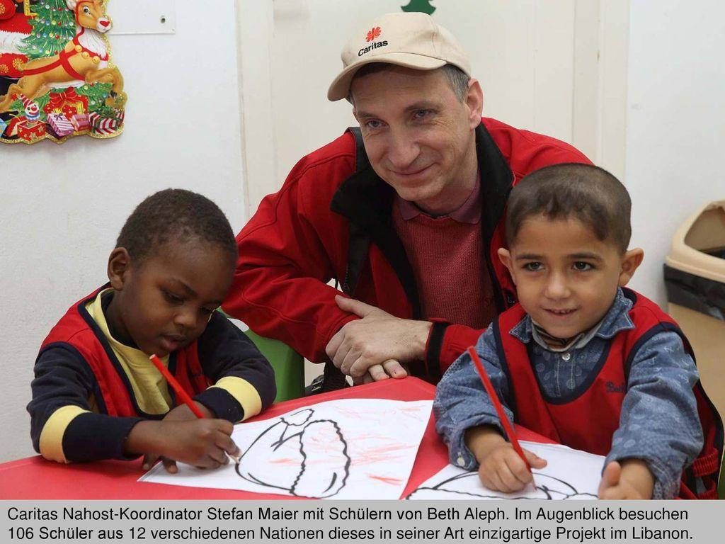 Caritas Nahost-Koordinator Stefan Maier mit Schülern von Beth Aleph