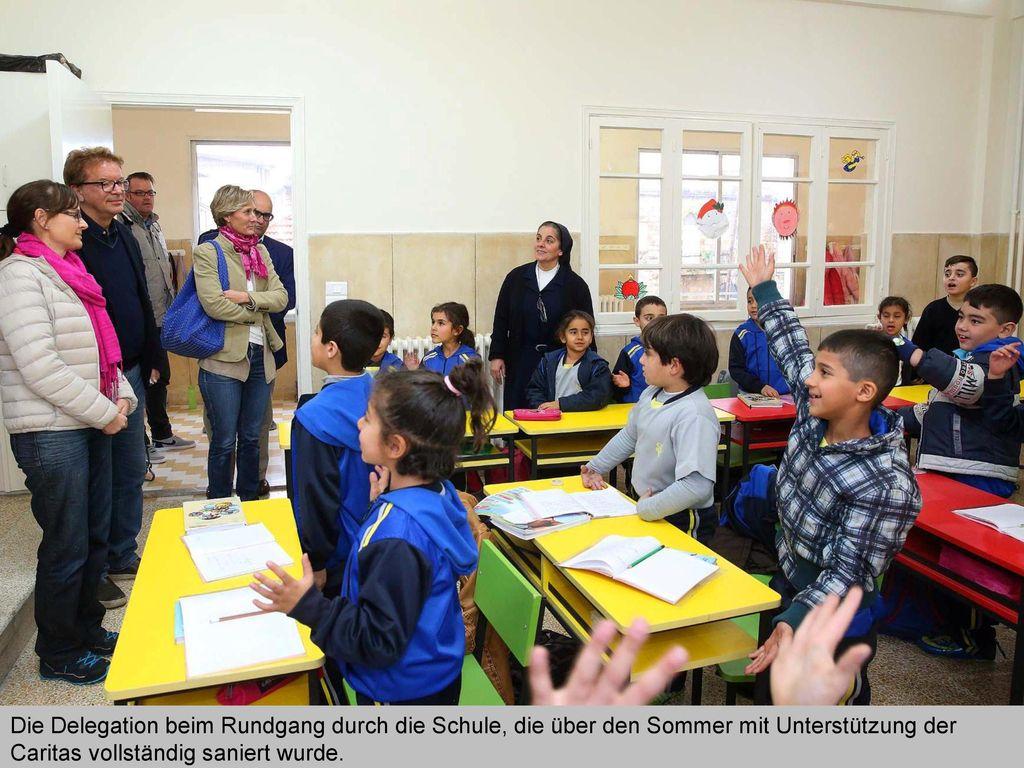 Die Delegation beim Rundgang durch die Schule, die über den Sommer mit Unterstützung der Caritas vollständig saniert wurde.