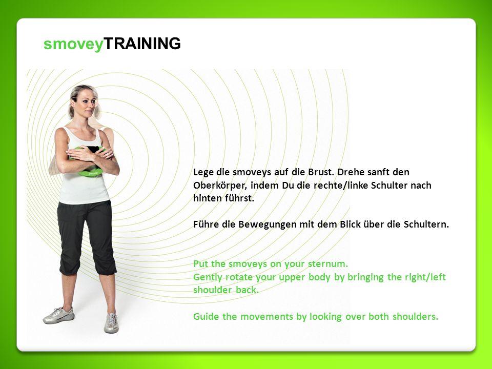 smoveyTRAINING Lege die smoveys auf die Brust. Drehe sanft den Oberkörper, indem Du die rechte/linke Schulter nach hinten führst.