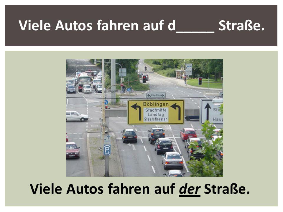 Viele Autos fahren auf der Straße.