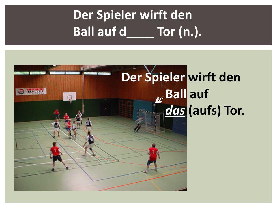 Der Spieler wirft den Ball auf d____ Tor (n.).