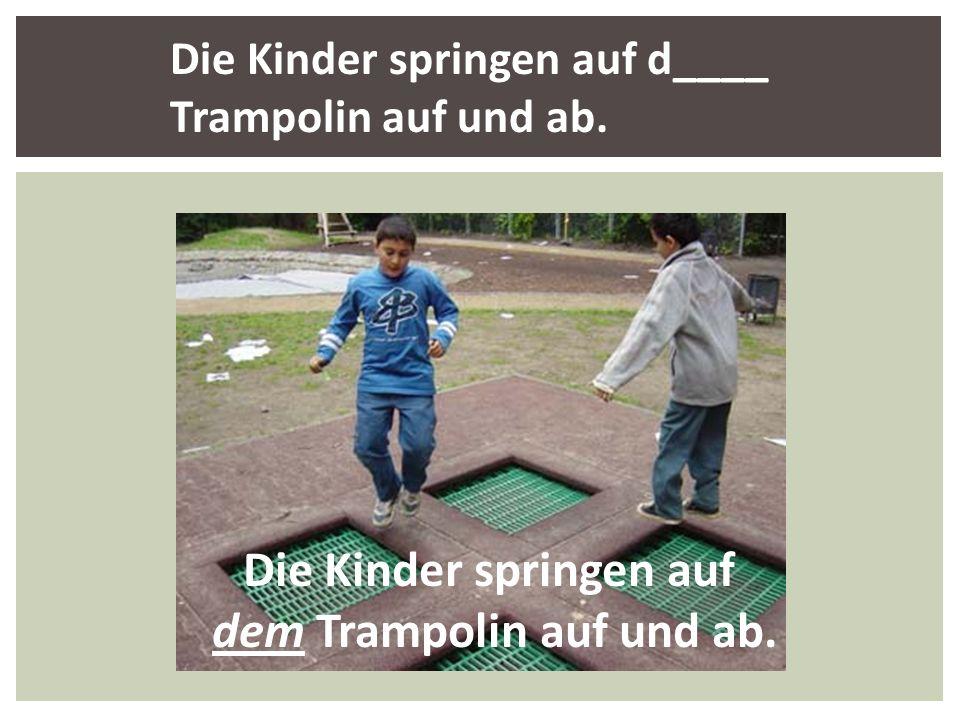 Die Kinder springen auf dem Trampolin auf und ab.