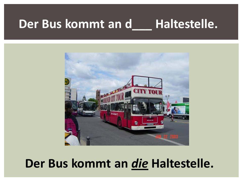 Der Bus kommt an die Haltestelle.