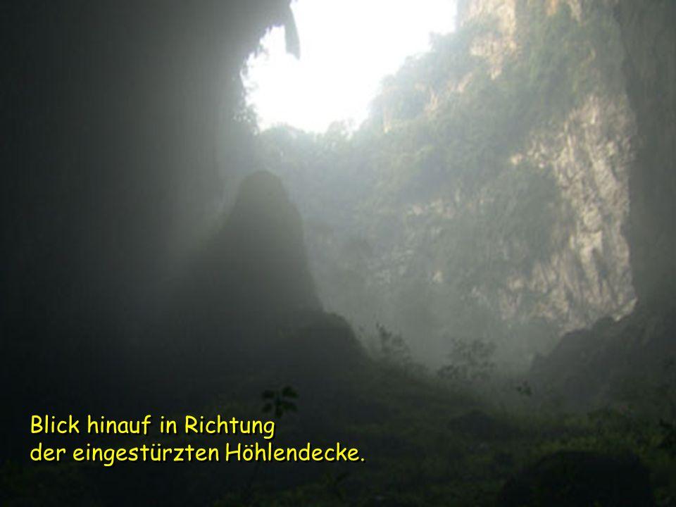 Blick hinauf in Richtung der eingestürzten Höhlendecke.