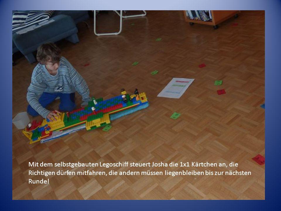 Mit dem selbstgebauten Legoschiff steuert Josha die 1x1 Kärtchen an, die Richtigen dürfen mitfahren, die andern müssen liegenbleiben bis zur nächsten Runde!