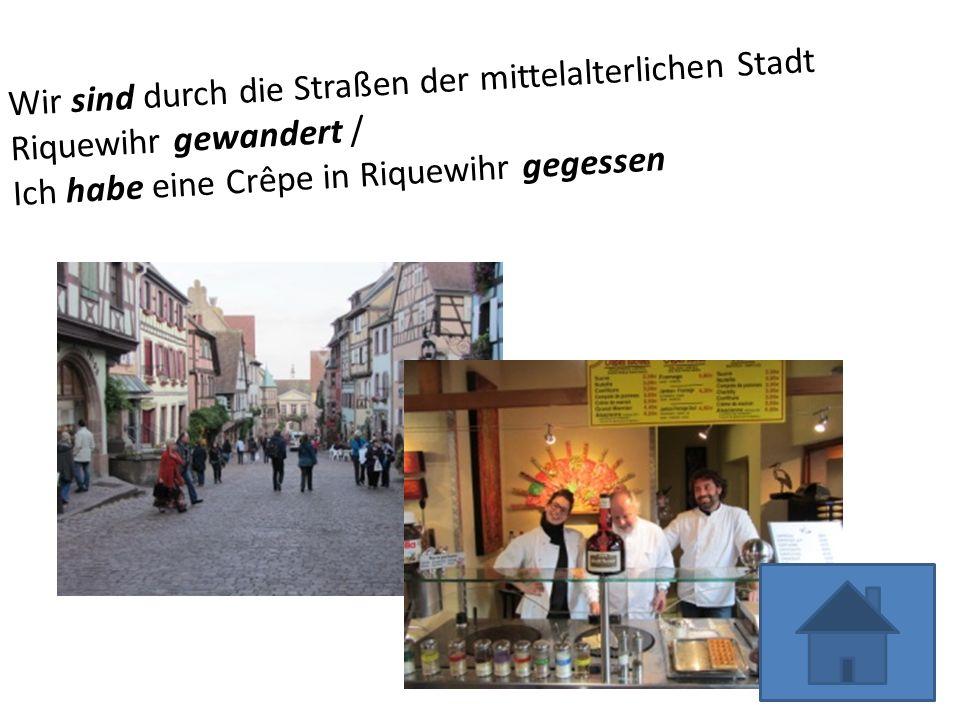 Wir sind durch die Straßen der mittelalterlichen Stadt Riquewihr gewandert /