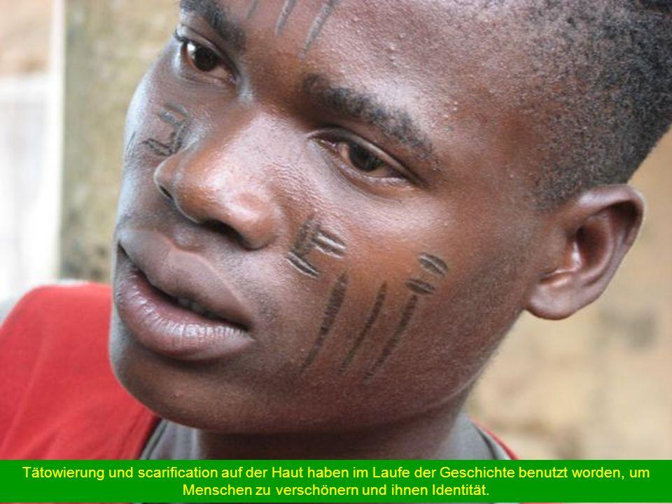 Tätowierung und scarification auf der Haut haben im Laufe der Geschichte benutzt worden, um Menschen zu verschönern und ihnen Identität.