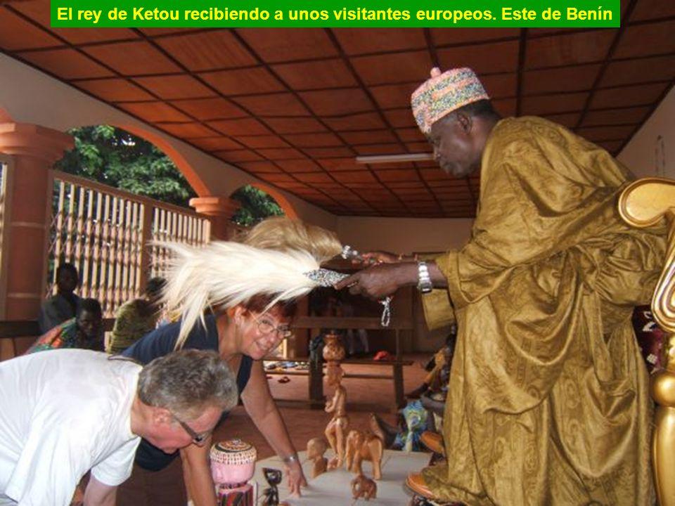 El rey de Ketou recibiendo a unos visitantes europeos. Este de Benín