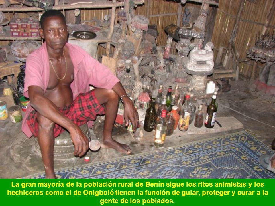 La gran mayoría de la población rural de Benín sigue los ritos animistas y los hechiceros como el de Onigboló tienen la función de guiar, proteger y curar a la gente de los poblados.
