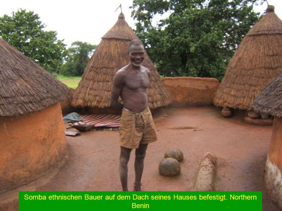 Somba ethnischen Bauer auf dem Dach seines Hauses befestigt