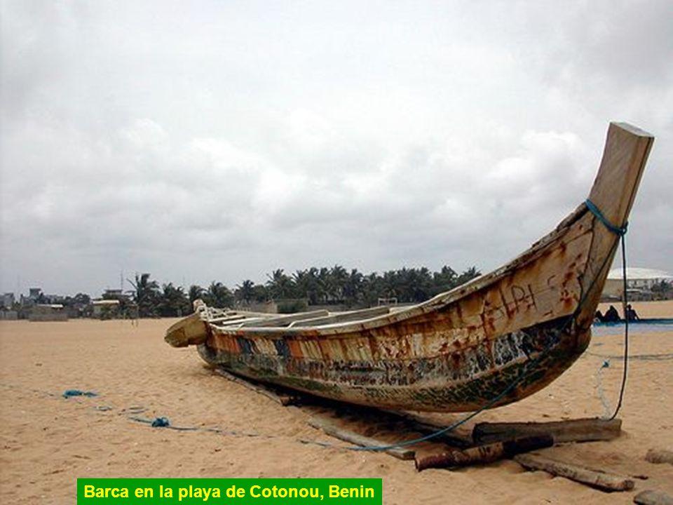 Barca en la playa de Cotonou, Benin