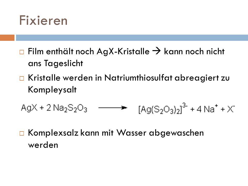 Fixieren Film enthält noch AgX-Kristalle  kann noch nicht ans Tageslicht. Kristalle werden in Natriumthiosulfat abreagiert zu Kompleysalt.