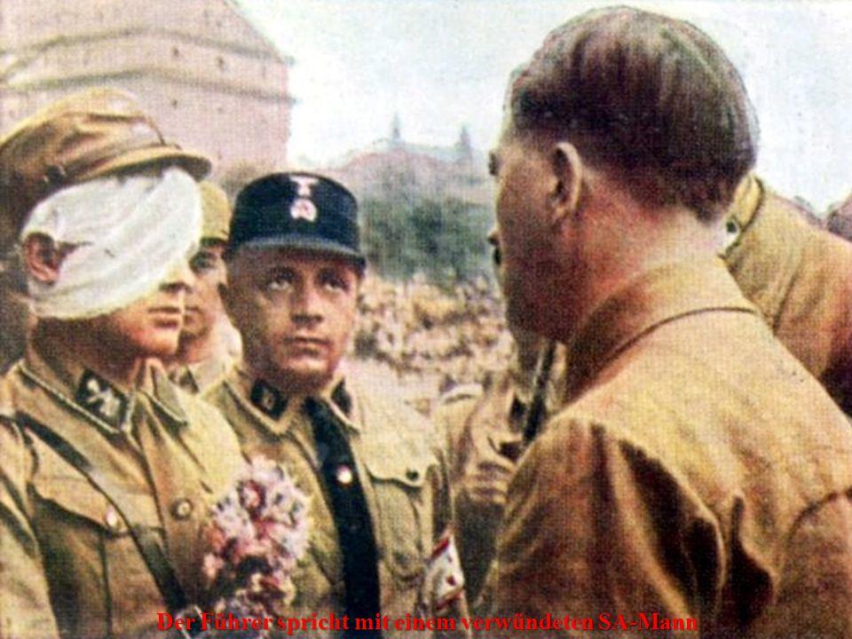 Der Führer spricht mit einem verwündeten SA-Mann