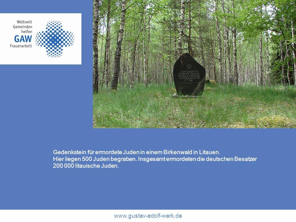 Gedenkstein für ermordete Juden in einem Birkenwald in Litauen.