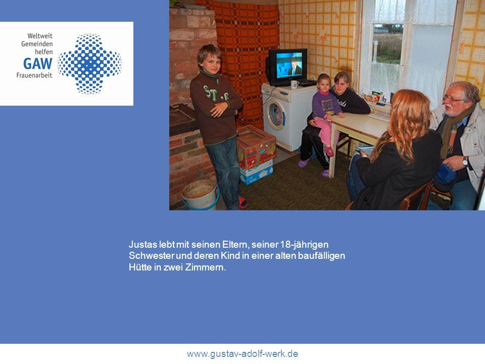 Justas lebt mit seinen Eltern, seiner 18-jährigen Schwester und deren Kind in einer alten baufälligen Hütte in zwei Zimmern.