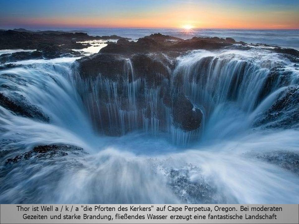Thor ist Well a / k / a die Pforten des Kerkers auf Cape Perpetua, Oregon. Bei moderaten Gezeiten und starke Brandung, fließendes Wasser erzeugt eine fantastische Landschaft