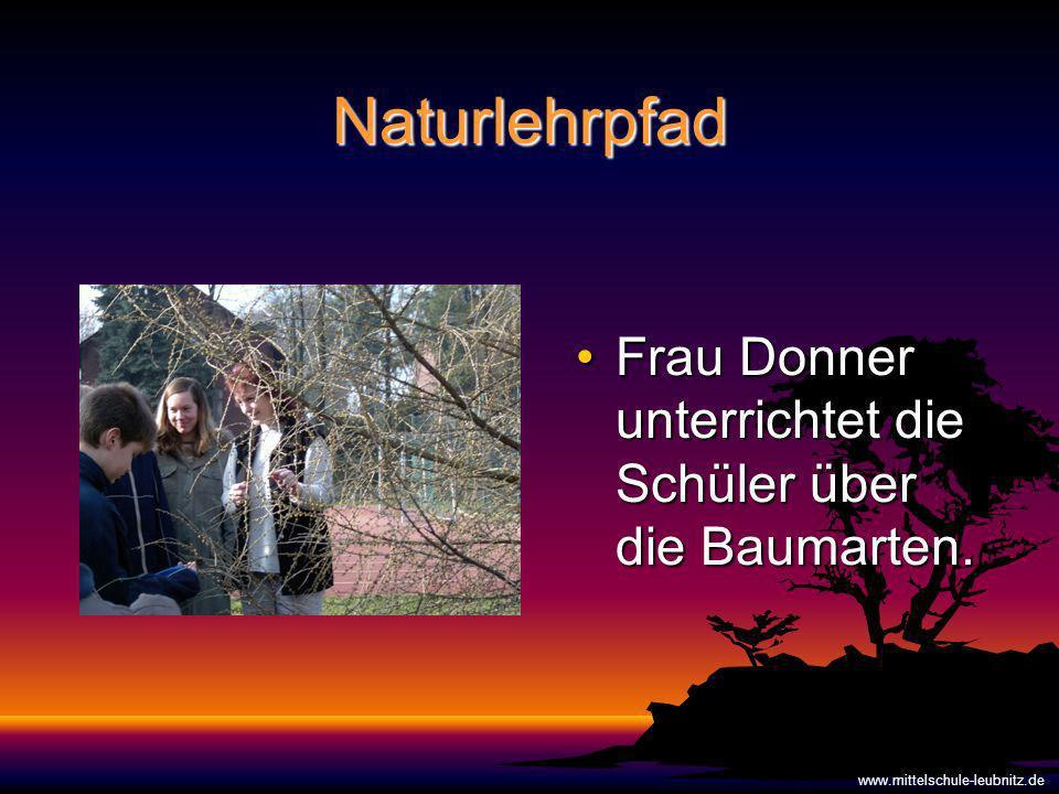 Naturlehrpfad Frau Donner unterrichtet die Schüler über die Baumarten.