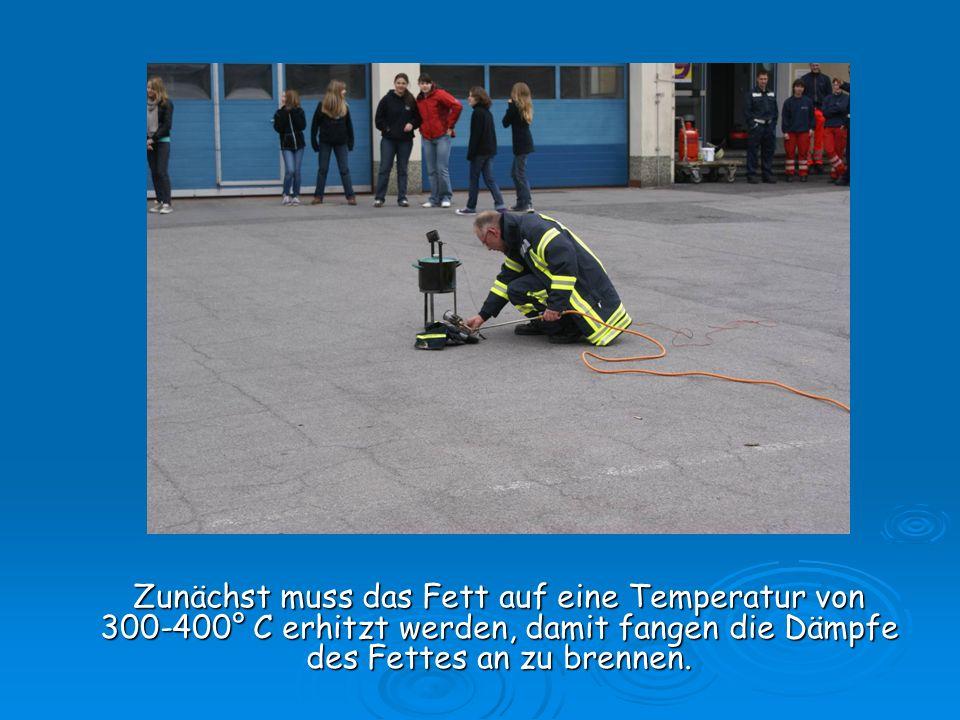 Zunächst muss das Fett auf eine Temperatur von 300-400° C erhitzt werden, damit fangen die Dämpfe des Fettes an zu brennen.