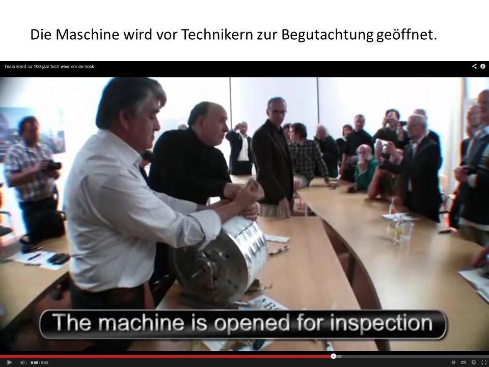 Die Maschine wird vor Technikern zur Begutachtung geöffnet.