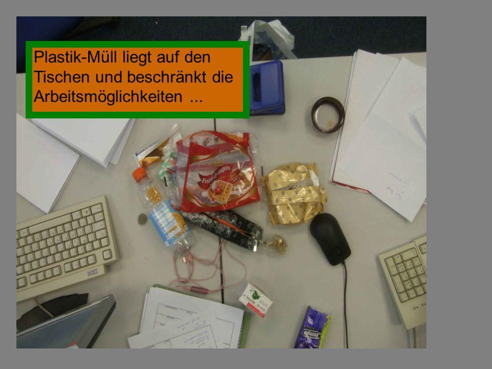 Plastik-Müll liegt auf den Tischen und beschränkt die Arbeitsmöglichkeiten ...