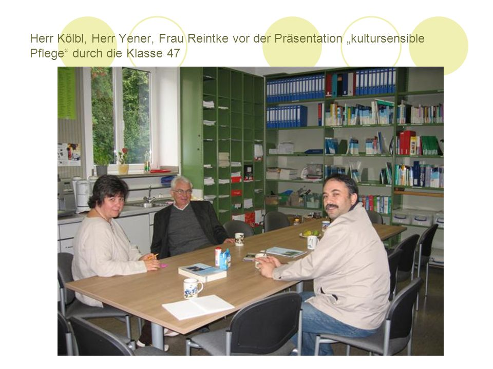 "Herr Kölbl, Herr Yener, Frau Reintke vor der Präsentation ""kultursensible Pflege durch die Klasse 47"