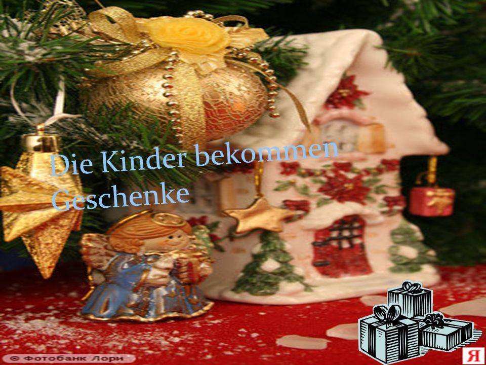 Die Kinder bekommen Geschenke