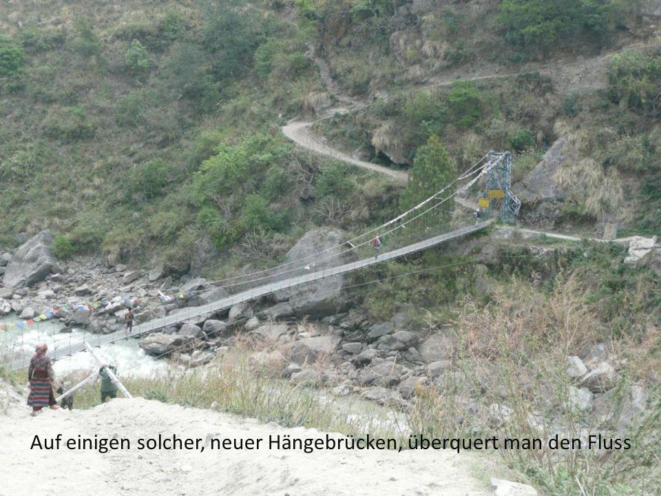 Auf einigen solcher, neuer Hängebrücken, überquert man den Fluss