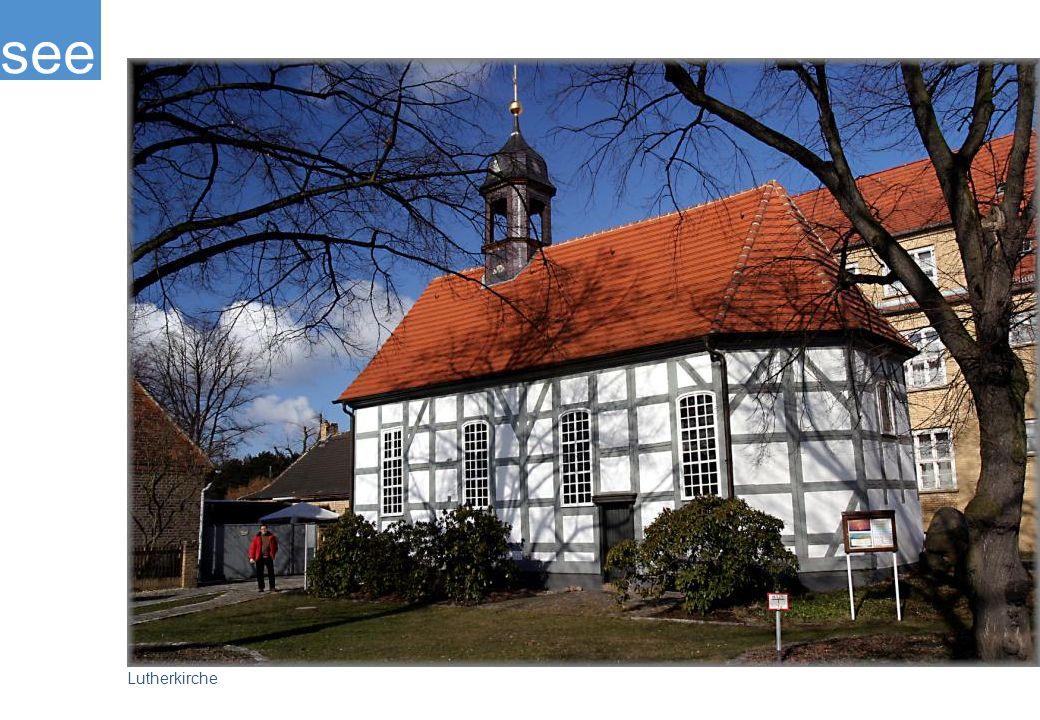 Lutherkirche im Ortsteil Schwarzheide West, sie wurde in der Zeit von 1754 -1755 errichtet und ist somit das älteste Gebäude in der Stadt. In der Zeit von 1989 – 1996 konnte die Kirche rekonstruiert werden.