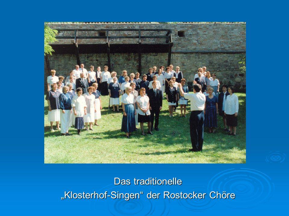 """Das traditionelle """"Klosterhof-Singen der Rostocker Chöre"""