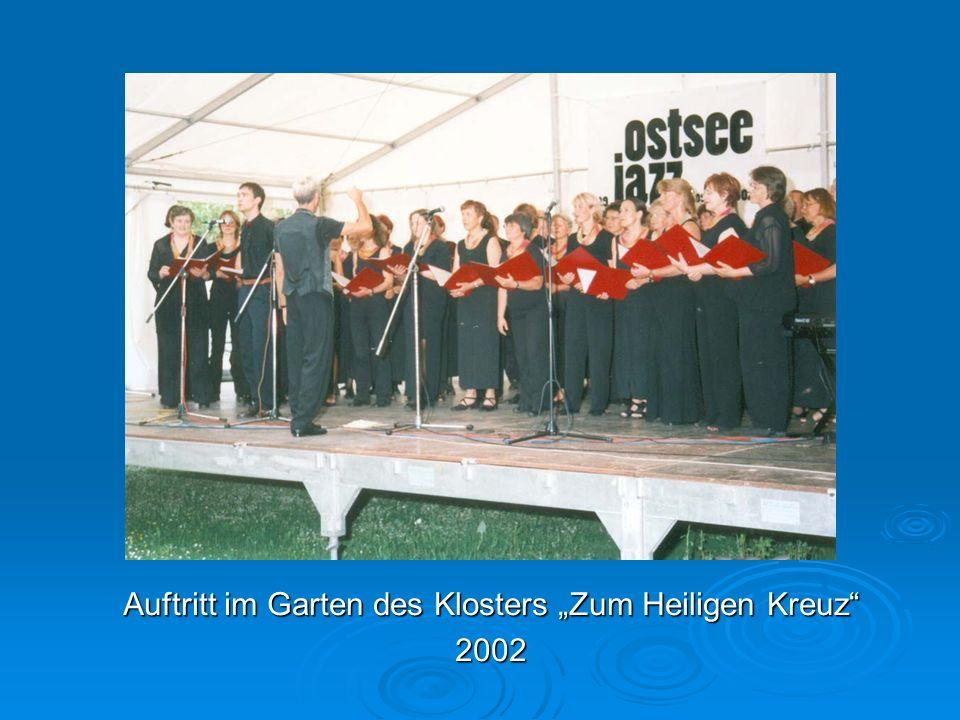 """Auftritt im Garten des Klosters """"Zum Heiligen Kreuz 2002"""