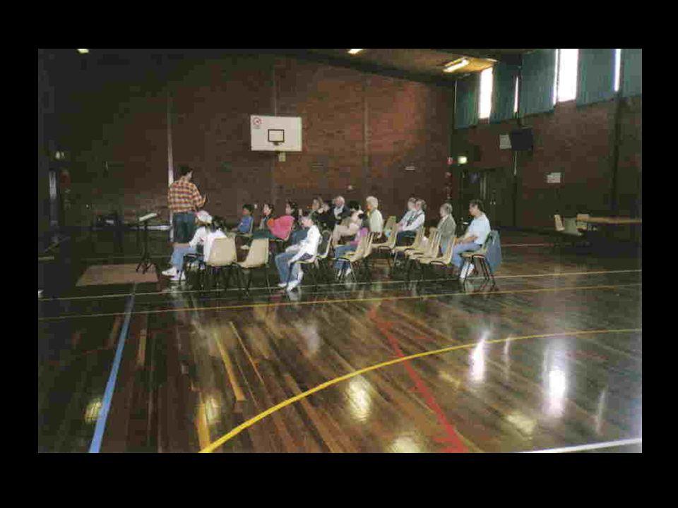 Und nach drei Jahren find ich eine monatliche Gottesdienst Sonntag nachmittags in der Turnhalle von der örtlichen Grundschule an.