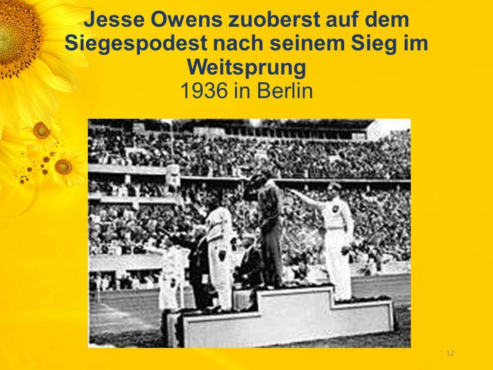 Jesse Owens zuoberst auf dem Siegespodest nach seinem Sieg im Weitsprung 1936 in Berlin