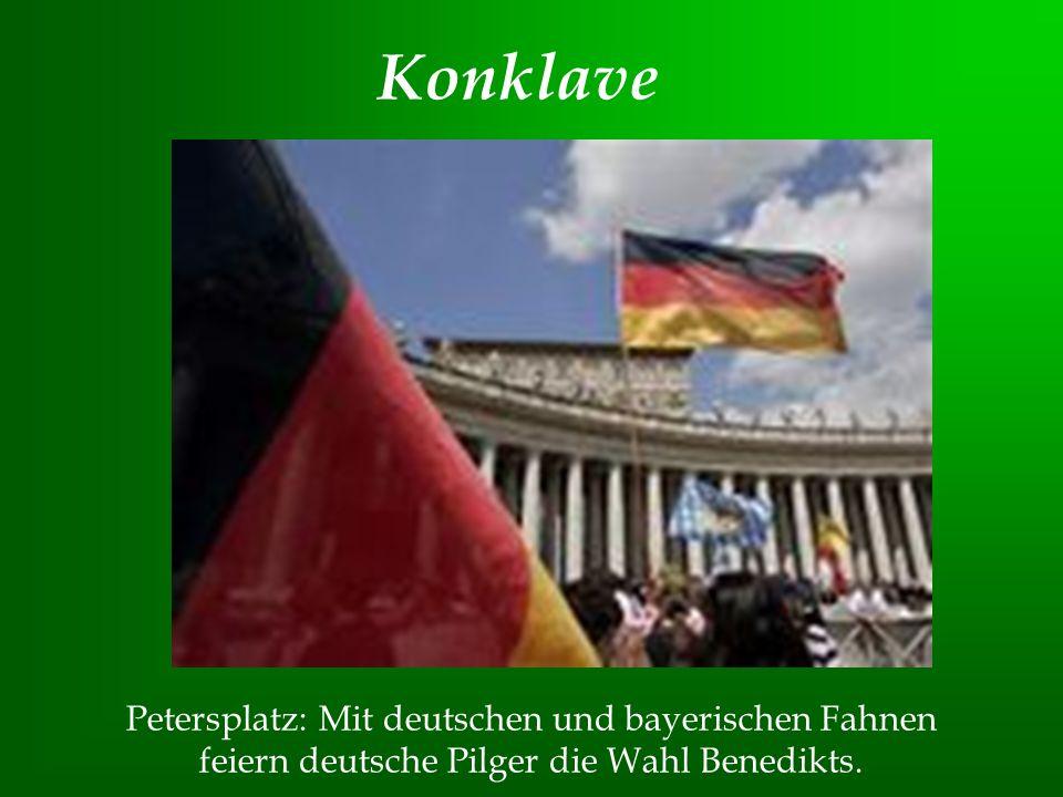 Konklave Petersplatz: Mit deutschen und bayerischen Fahnen feiern deutsche Pilger die Wahl Benedikts.