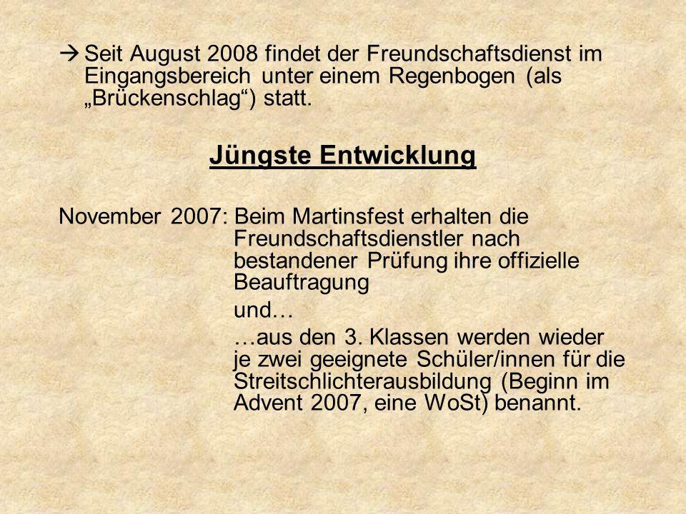 """Seit August 2008 findet der Freundschaftsdienst im Eingangsbereich unter einem Regenbogen (als """"Brückenschlag ) statt."""