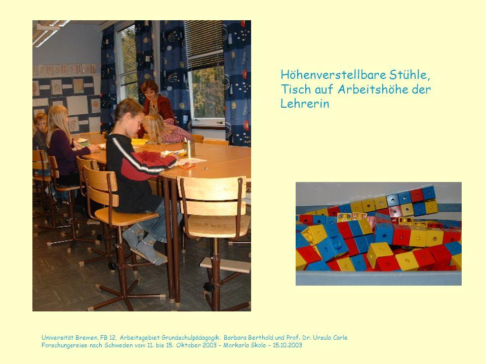 Höhenverstellbare Stühle, Tisch auf Arbeitshöhe der Lehrerin