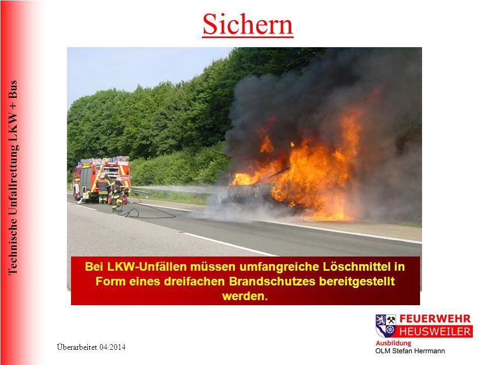 Sichern Bei LKW-Unfällen müssen umfangreiche Löschmittel in Form eines dreifachen Brandschutzes bereitgestellt werden.