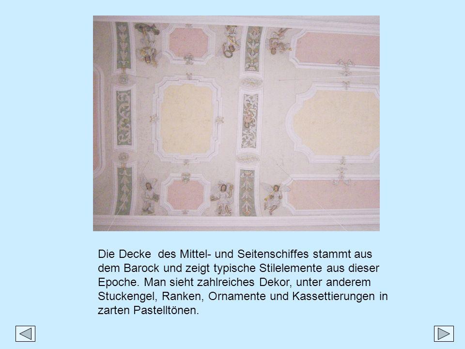 Die Decke des Mittel- und Seitenschiffes stammt aus dem Barock und zeigt typische Stilelemente aus dieser Epoche.