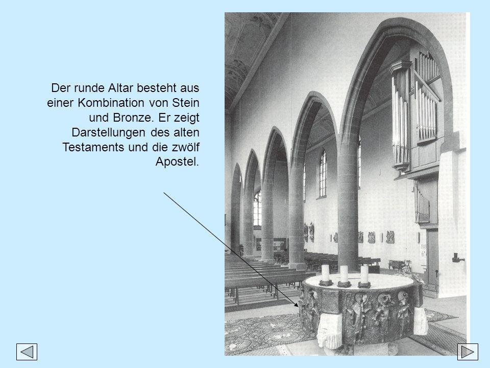 Der runde Altar besteht aus einer Kombination von Stein und Bronze