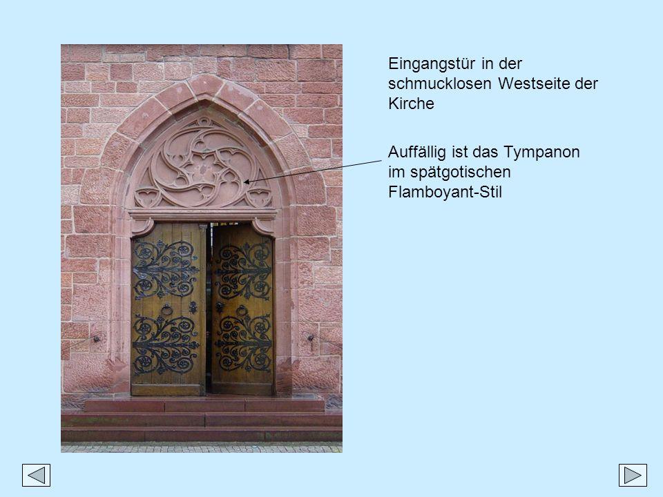 Eingangstür in der schmucklosen Westseite der Kirche