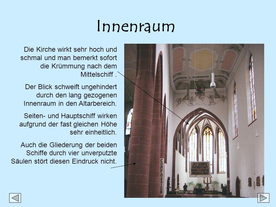 Innenraum Die Kirche wirkt sehr hoch und schmal und man bemerkt sofort die Krümmung nach dem Mittelschiff .